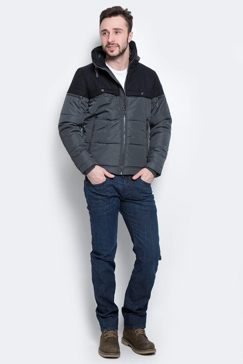 Куртка00ST9Y-0JAMN/92HМужская куртка Diesel выполнена из полиэстера с подкладкой из синтепона. Модель с длинными рукавами и воротником-трансформером застегивается на застежку-молнию спереди. Воротник-стойка изделия дополнен застежками-молниями снаружи и изнутри, и трансформируется в капюшон, если их расстегнуть. Изделие дополнено двумя втачными карманами на молниях и двумя нагрудными карманами на кнопках спереди, а также двумя внутренними втачными карманом на кнопках. На рукавах изделия также расположены два втачных кармана на застежках-молниях. Рукава дополнены внутренними трикотажными манжетами. Объем низа куртки регулируется при помощи шнурка-кулиски.