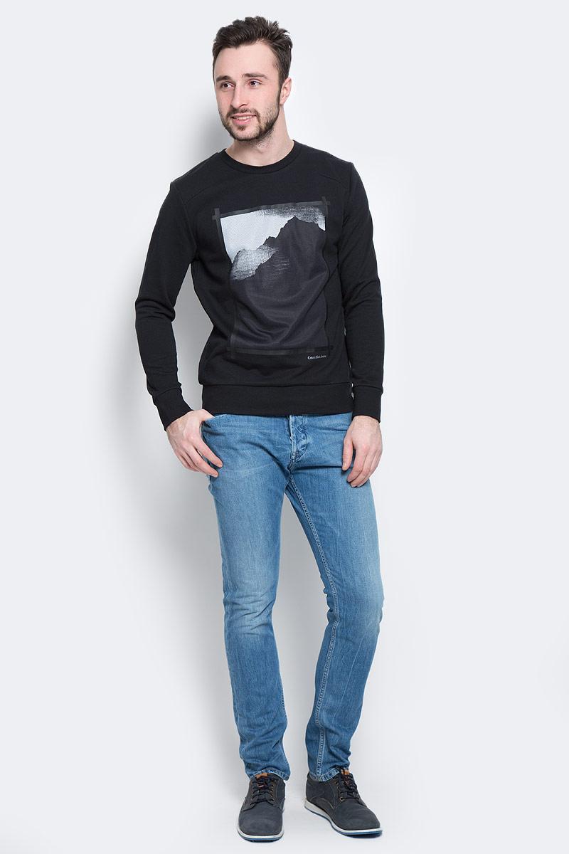 J30J301352_0990Стильный мужской свитшот Calvin Klein Jeans, изготовленный из высококачественного натурального хлопка, мягкий и приятный на ощупь, не сковывает движений и обеспечивает наибольший комфорт. Материал на основе хлопка великолепно пропускает воздух, позволяя коже дышать, и обладает высокой гигроскопичностью. Модель с круглым вырезом горловины и длинными рукавами оформлена оригинальным принтом и надписью Calvin Klein Jeans спереди. Манжеты рукавов, горловина и низ изделия дополнены трикотажными резинками. Внутренняя сторона модели выполнена с петельками.