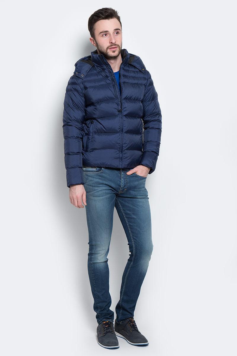 ПуховикJ3EJ302970Стильный мужской пуховик Calvin Klein Jeans, выполненный из высококачественных материалов, обеспечит максимальный комфорт при различных погодных условиях. Изделие с несъемным капюшоном, воротником- стойкой и длинными рукавами застегивается на пластиковую застежку-молнию по всей длине. Капюшон изделия на уровне подбородка застегивается на две металлические кнопки. Эффектная стежка обеспечивает равномерное распределение утеплителя внутри изделия. Рукава изделия дополнены текстильными эластичными манжетами, препятствующими проникновению холодного воздуха. Спереди модель дополнена двумя втачными карманами на молнии. С внутренней стороны расположен вертикальный втачной карман. На левом рукаве имеется нашивка с изображением логотипа бренда. Этот яркий пуховик послужит отличным дополнением к вашему гардеробу!
