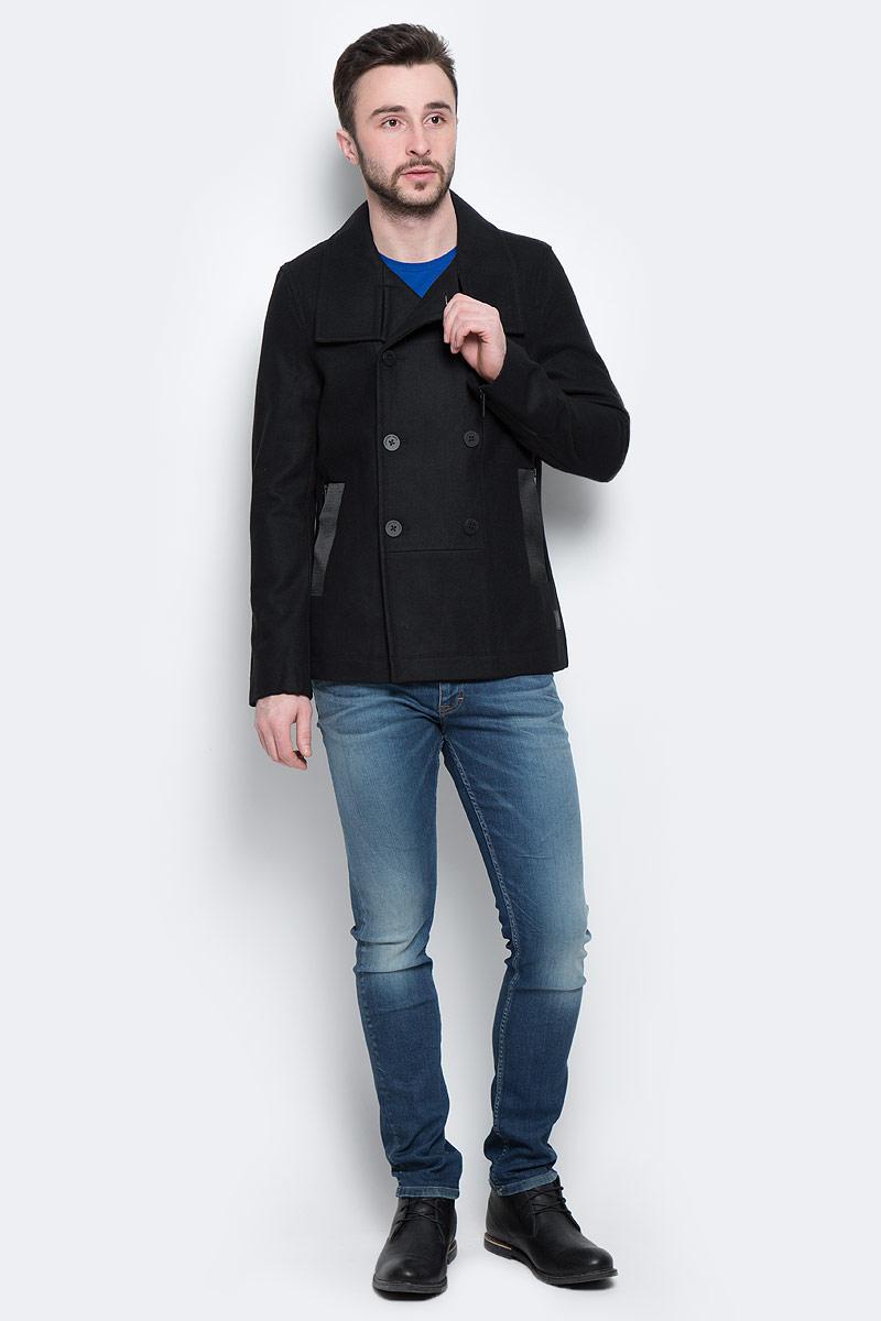 Пальто150422_15713Стильное мужское пальто Calvin Klein Jeans, выполненное из высококачественного плотного материала, рассчитано на прохладную погоду. Модель с отложным воротником и длинными рукавами и застегивается на двубортную застежку на пуговицах. По бокам имеются два втачных кармана на молнии и два втачных кармана без застежек С внутренней стороны имеется втачной карман на застежке-молнии. Рукава дополнены застежками-молниями. Спереди снизу имеется нашивка и с изображением логотипа бренда. В этом пальто вам будет уютно и комфортно.
