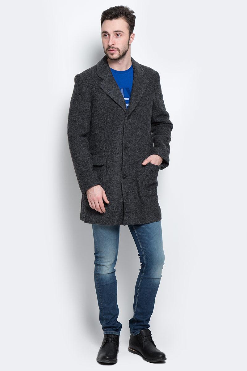 ПальтоJ3EJ302970Стильное мужское пальто Calvin Klein Jeans, выполненное из высококачественного плотного материала, согреет вас в прохладную погоду. Модель с лацканами и длинными рукавами и застегивается на три пуговицы. Спереди имеются два втачных кармана, подкладка которых выполнена из хлопкового материала. С внутренней стороны расположен втачной карман на пуговице. Рукава понизу дополнены широкими хлястиками на пуговицах с логотипом бренда. В этом пальто вам будет уютно и комфортно.
