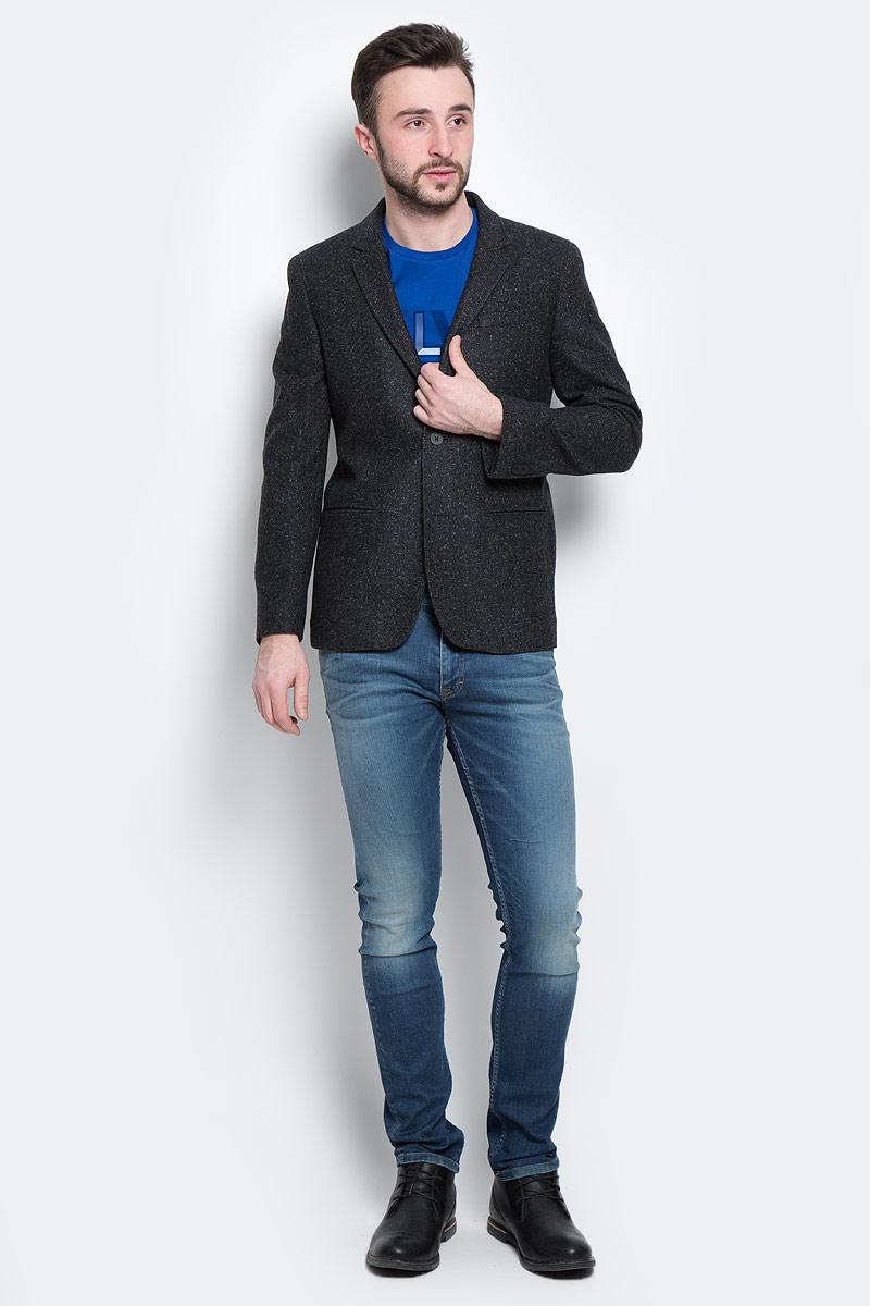 R2541-95Стильный мужской пиджак Calvin Klein Jeans, изготовленный из высококачественного плотного материала, не сковывает движений, обеспечивая наибольший комфорт. Модель прямого кроя с длинными рукавами и воротником с лацканами застегивается спереди на две пластиковые пуговицы. Манжеты рукавов также застегиваются на пуговицы. Спереди пиджак дополнен имитацией втачных карманов. С внутренней стороны имеется втачной карман на пуговице. На спинке предусмотрена шлица, расположенная в среднем шве. Этот теплый пиджак станет отличным дополнением к вашему гардеробу.