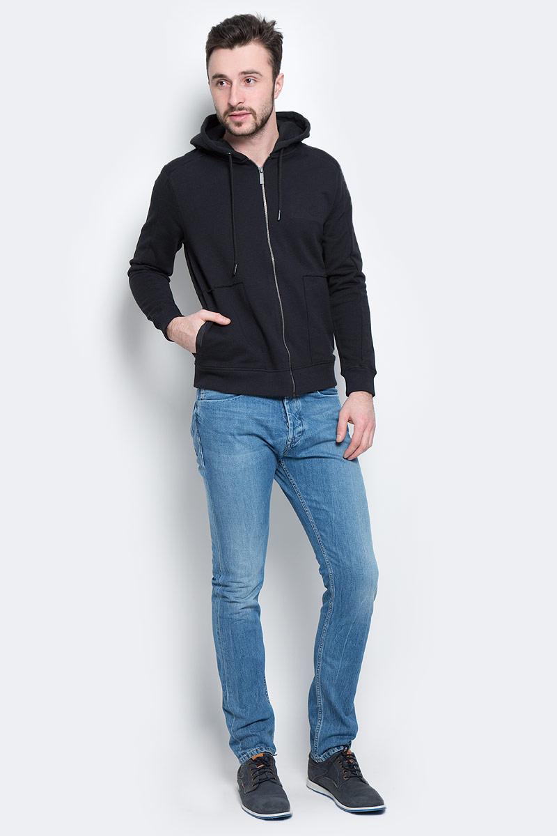 155162_15000Стильная мужская толстовка Calvin Klein Jeans, изготовленная из натурального хлопка, необычайно мягкая и приятная на ощупь, не сковывает движения, обеспечивая наибольший комфорт. Модель с капюшоном на кулиске застегивается на металлическую застежку-молнию. Толстовка имеет широкую трикотажную резинку по низу и манжетам, что предотвращает проникновение холодного воздуха. Спереди модель дополнена двумя втачными карманами. На груди изделие оформлено выпуклым логотипом бренда. Эта модная и в тоже время комфортная толстовка отличный вариант, как для активного отдыха, так и для занятий спортом!