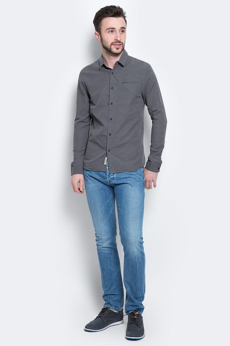 РубашкаJ3EJ301944Мужская рубашка Calvin Klein Jeans, выполненная из натурального хлопка, идеально дополнит ваш образ. Материал мягкий и приятный на ощупь, не сковывает движения и позволяет коже дышать. Рубашка слегка приталенного кроя с длинными рукавами и отложным воротником спереди застегивается на пуговицы. Манжеты на рукавах также застегиваются на пуговицы. На груди изделие дополнено втачным карманом. Спинка модели удлинена. Изделие оформлено мелким принтом. Такая рубашка будет дарить вам комфорт в течение всего дня и станет стильным дополнением к вашему гардеробу.