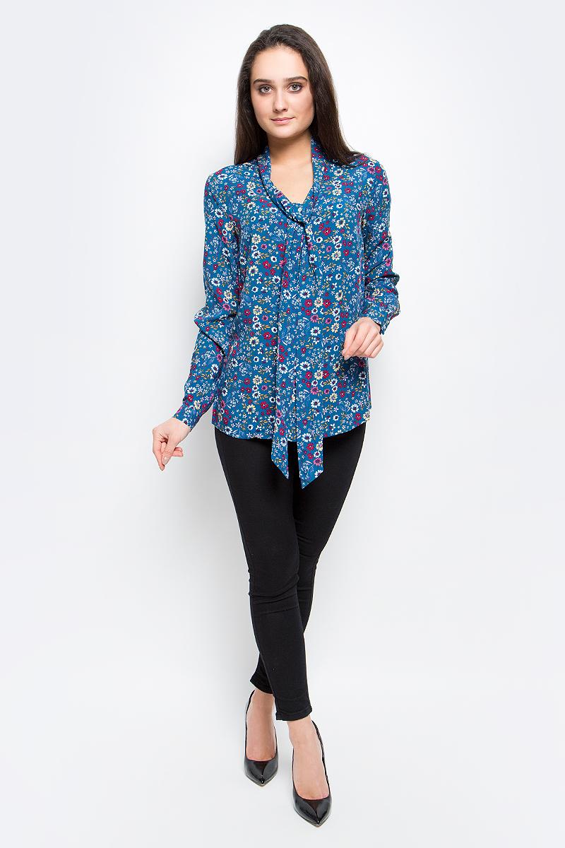 B17-12074_146Стильная женская блуза Finn Flare выполнена из 100% вискозы. Блузка с длинными рукавами и воротником-аскот застегивается на пуговицы спереди, манжеты рукавов также застегиваются на пуговицы. Оформлено изделие ярким цветочным принтом.