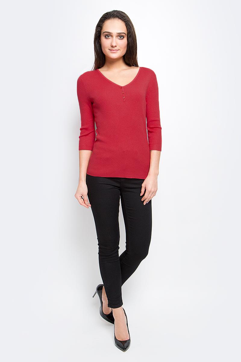 B17-11101_101Женский пуловер Finn Flare выполнен из вискозы с добавлением нейлона. Модель с рукавами 3/4 и V-образным вырезом горловины на груди декорирована пуговицами.