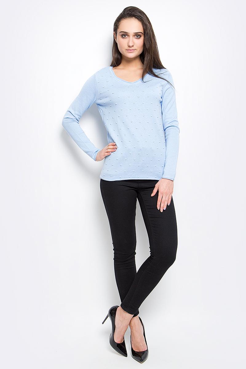 B17-11120_101Стильный женский пуловер Finn Flare выполнен из акрила с добавлением хлопка. Модель с V-образным вырезом горловины и длинными рукавами оформлен спереди оригинальной вязкой и снизу декорирован металлической пластиной с названием бренда.