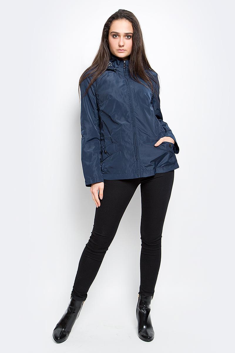 КурткаB17-11011_101Удобная женская куртка Finn Flare выполнена из 100% полиэстера. Модель с длинными рукавами и съемным капюшоном, застегивается спереди на молнию. Изделие дополнено двумя карманами на кнопках. Капюшон и линия талии дополнена утягивающим шнурком. Рукава дополнены хлястиками на металлических кнопках.