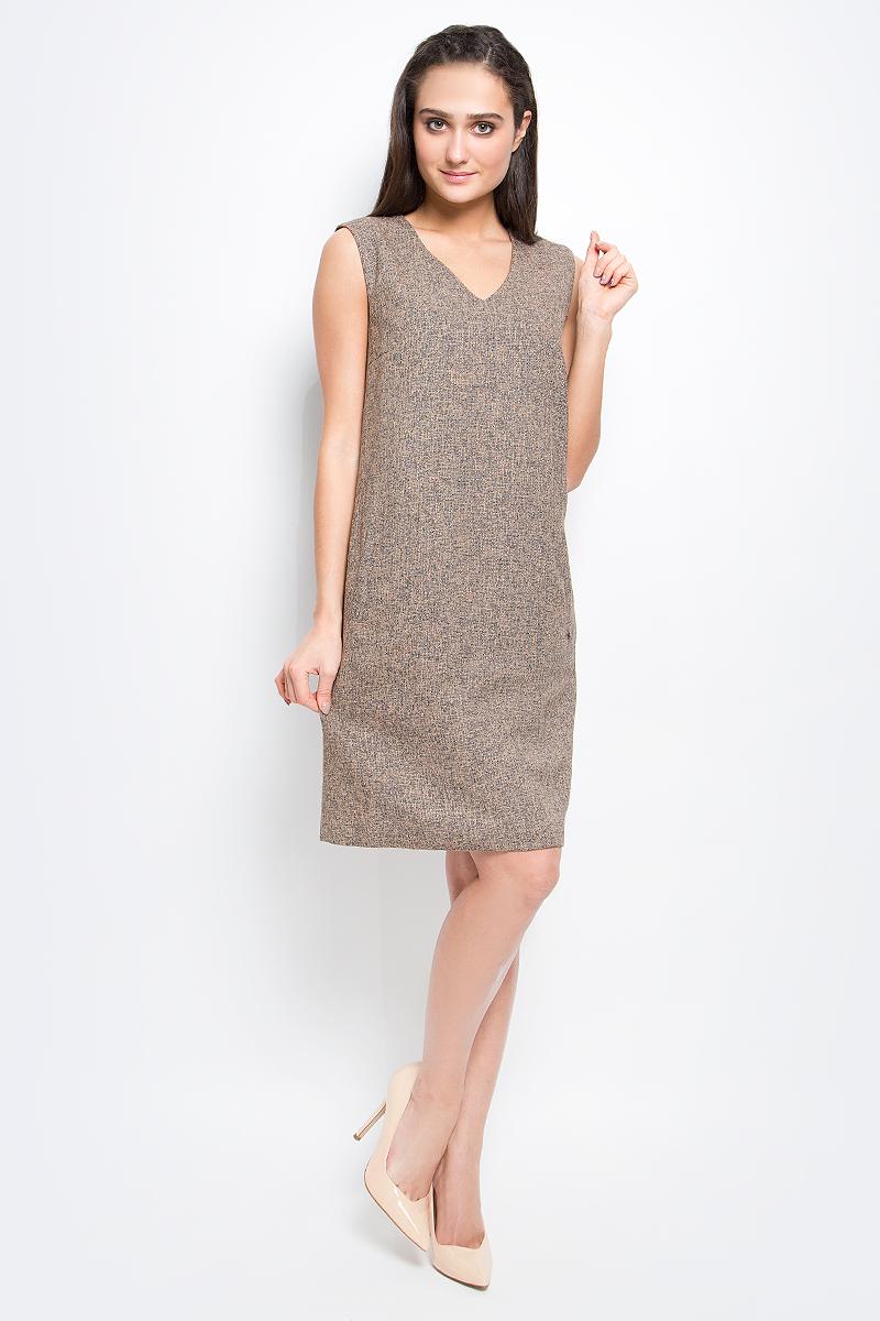 B17-12085_101Оригинальное платье Finn Flare выполнено из полиэстера с добавлением вискозы. Модель с V-образным вырезом горловины и без рукавов застегивается на потайную застежку-молнию сзади. Спереди изделие дополнено двумя втачными карманами.
