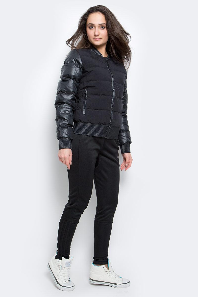 ПуховикAP8690Уютная куртка, которая защитит от холода. Стильный силуэт бомбера. Натуральный пух превосходно согревает. Приталенный крой и переработанные материалы. Рифленые манжеты, ворот и нижний край; четырехслойная конструкция. Боковые карманы на молниях. Эта модель - часть экологической программы adidas: использованы технологии, сберегающие природные ресурсы; каждая нить имеет значение: переработанный полиэстер сохраняет природные ресурсы и уменьшает отходы производства.