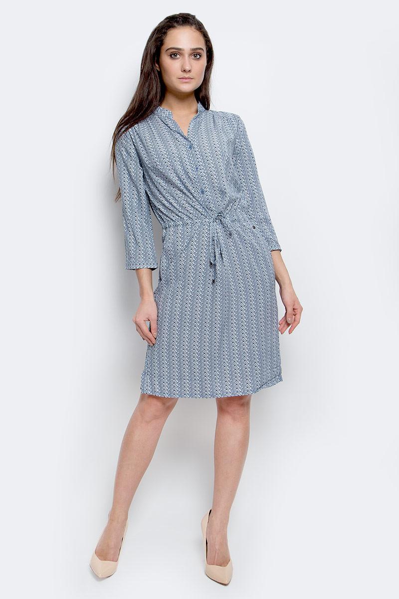 B17-11054_103Модное платье Finn Flare станет отличным дополнением к вашему гардеробу. Модель выполнена из вискозы. Платье-миди с V-образным вырезом горловины и рукавами 3/4 застегивается спереди на три пуговицы. Модель оформлена оригинальным принтом. Нижняя часть модели по боковым швам дополнена разрезами. На талии платье завязывается на шнурок. По бокам расположены втачные карманы. Манжеты рукавов оснащены застежками-пуговицами.