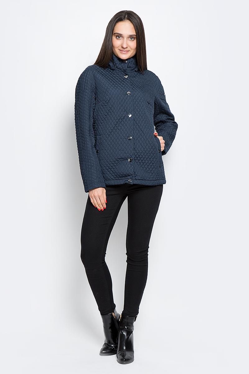 КурткаB17-12002_101Женская стеганая куртка Finn Flare выполнена из высококачественного полиэстера, не пропускающего воду. Модель со съемным капюшоном застегивается с помощью кнопок и имеет два втачных кармана на пуговицах. Объем капюшона регулируется с помощью эластичной резинки со стоппером. Подкладка выполнена из полиэстера.