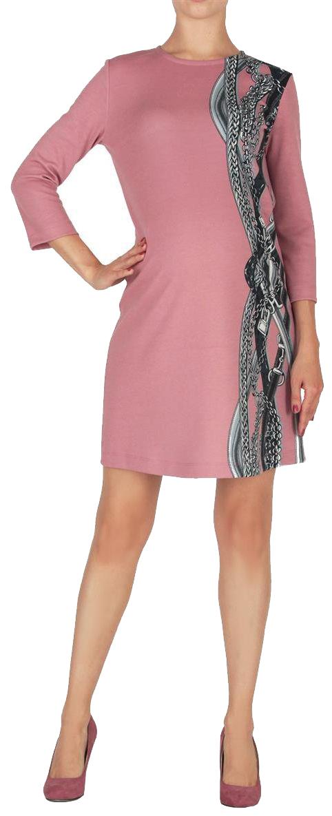 Платье5203522177Платье полуприлегающего силуэта, длиной выше колен. Рукава длиной 3/4. Вырез горловины круглый. Спереди акцент в виде асимметричного принта. На спинке вырез-капелька, застегивается на пуговицу.