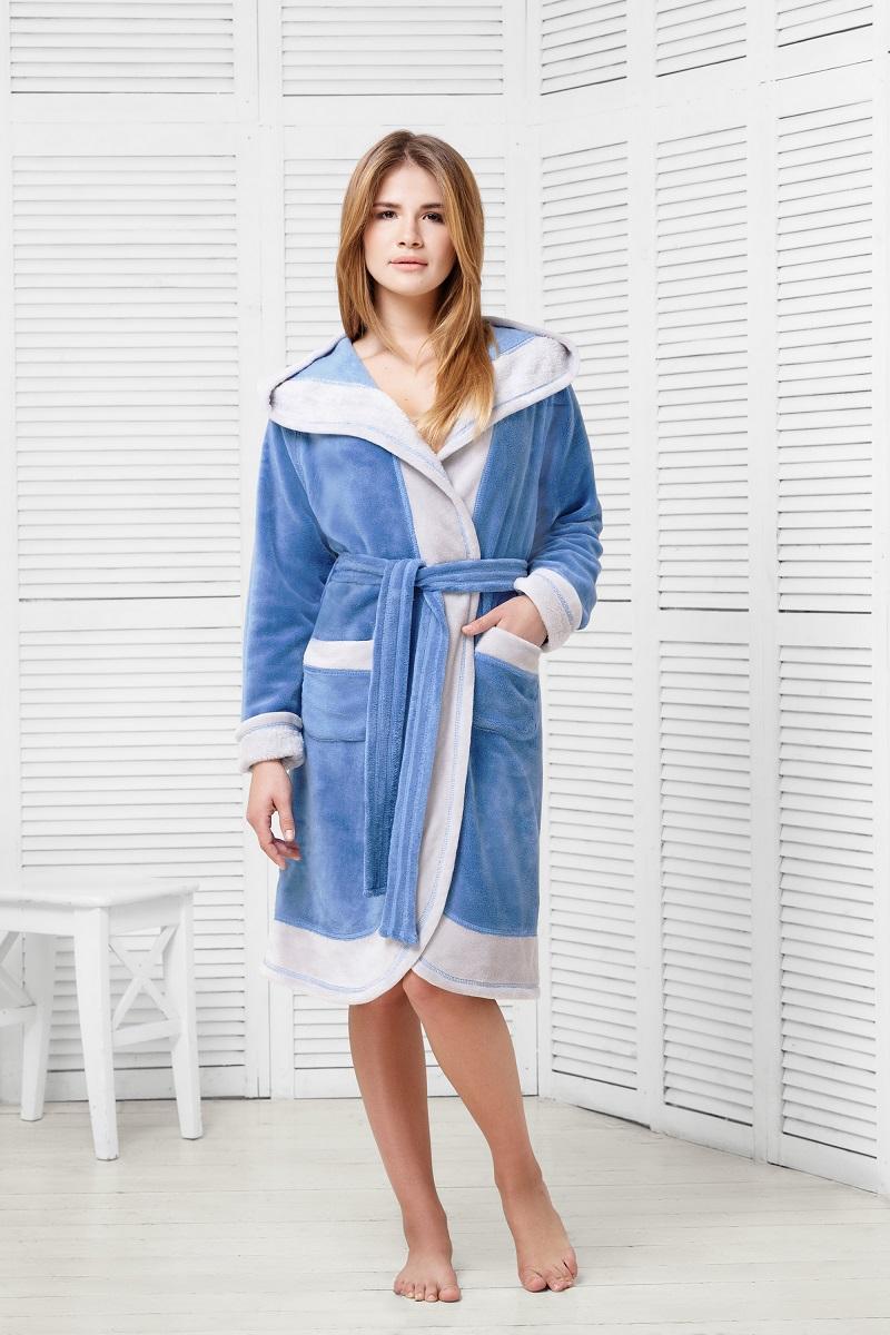 9060117174Халат спортивного кроя из ультрамягкой и плюшевой ткани. Капюшон создает дополнительное ощущение удобства, мягкости и тепла. Два варианта расцветки с оригинальной контрастной отделкой.