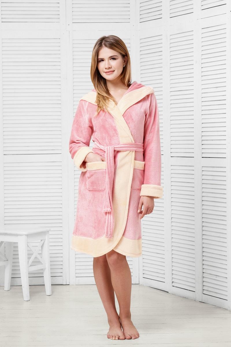 Халат9060117175Халат спортивного кроя из ультрамягкой и плюшевой ткани. Капюшон создает дополнительное ощущение удобства, мягкости и тепла. Два варианта расцветки с оригинальной контрастной отделкой.