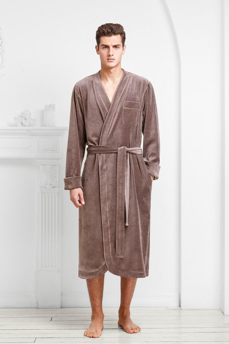 Халат9060117187Аристократичные цвета модели в сочетании с легкой велюровой тканью подчеркивают мужественность и благородство.