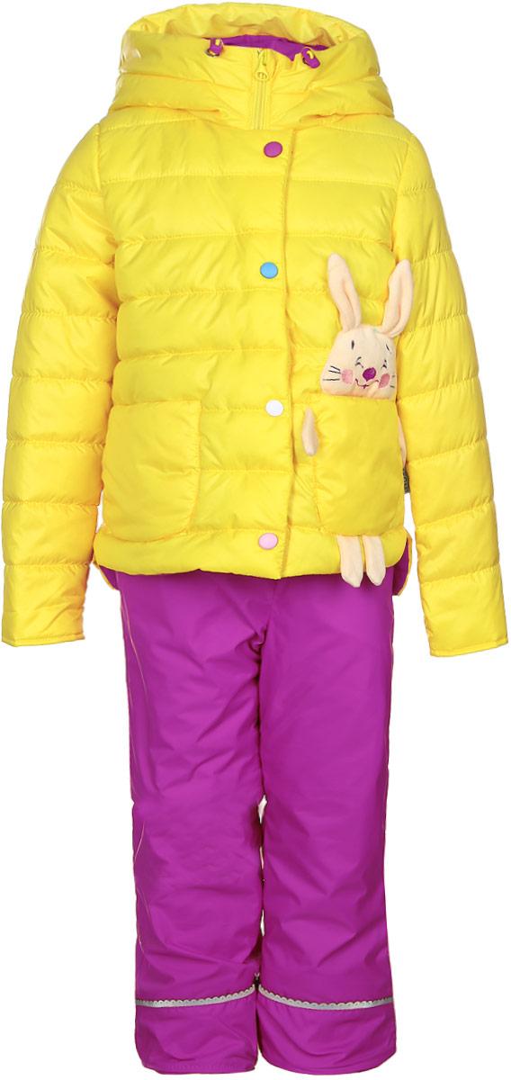 70022_BOG_вар.1Комплект для девочки Boom! включает в себя куртку и брюки. Куртка с длинными рукавами и несъемным капюшоном выполнена из прочного полиэстера и имеет подкладку из полиэстера с добавлением хлопка. Наполнитель - эко-синтепон (150 г/м2). Модель застегивается на застежку-молнию спереди и имеет ветрозащитный клапан на липучках. Изделие имеет два накладных кармана спереди, один из которых выполнен в виде зайчика с объемной мордочкой и лапками. Удлиненный капюшон украшен небольшим помпоном и дополнен шнурком-кулиской со стопперами. Теплые брюки выполнены из полиэстера и имеют подкладку из мягкого флисового материала. Объем талии регулируется при помощи внутренней резинки с пуговицами. Брюки дополнены двумя втачными карманами спереди. Комплект дополнен светоотражающими элементами.