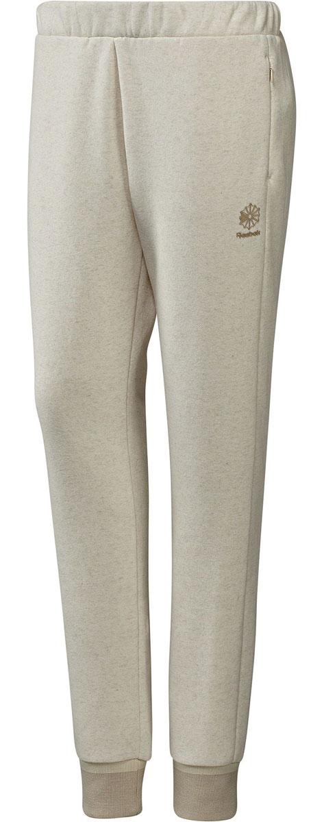 BK2516Тепло и мягкость Вот она ? основа твоего гардероба Мягкие спортивные брюки, в которых стиль идеально сочетается с комфортом Они сделаны из органического хлопка и переработанного полиэстера А в удобные карманы на молнии поместятся необходимые мелочи Материал: органический хлопок/переработанный полиэстер, флисовый трикотаж При производстве органического хлопка используется меньшее количество воды и снижается использование химикатов, а переработка полиэстера позволяет сохранить природные ресурсы и уменьшить выбросы в атмосферу Облегающий крой отлично подходит для тренировок и придает стилю эффектности Манжеты по низу штанин отделаны трикотажем в рубчик для оптимальной посадки и комфорта Боковые карманы на молнии для надежного хранения мелочей Пояс на шнурке для надежной посадки Плотный принт в виде логотипа Starcrest