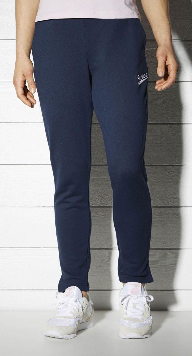 Брюки спортивныеBK2495Классический стиль и тепло Ты точно по достоинству оценишь эту обновленную версию классических спортивных брюк, в которых удобно ходить и днем, и прохладными вечерами Мягкая объемная ткань очень приятна на ощупь, а разрезы по бокам создают дополнительный комфорт Элементы классического дизайна и обработка швов тесьмой придают образу законченности Материал: хлопок, текстурный трикотаж для тепла Свободный крой совершенно не сковывает движения Эластичный регулируемый пояс на шнурке Прямой крой штанин с разрезами по бокам Пояс в рубчик Декоративная тесьма в полоску добавляет винтажные нотки Удобные карманы по бокам