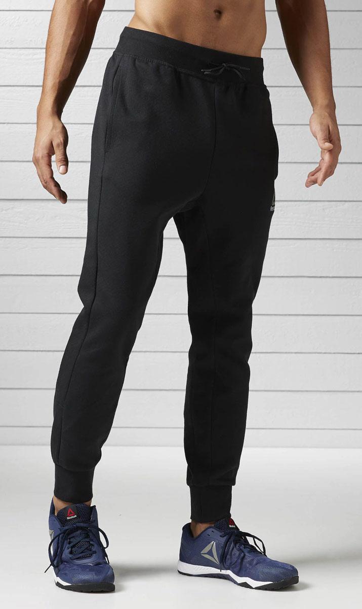 BK4732Светоотражающие элементы Мягкие спортивные брюки, в которых удобно и тренироваться, и отдыхать Отлично подходят для занятий в зале и повседневной носки Комфортная посадка для полной свободы движений и боковые карманы для хранения мелочей Облегающий крой и слегка заниженная шаговая линия гарантируют полную свободу движений Манжеты и пояс в рубчик для комфорта Пояс на шнурке для оптимальной посадки Стильный графичный принт на правой штанине Боковые карманы для хранения бумажника и ключей