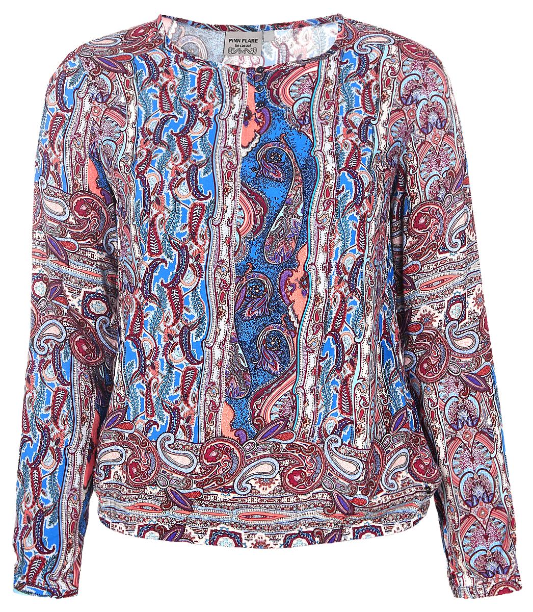 БлузкаB17-12044_618Женская блуза Finn Flare с длинными рукавами и круглым вырезом горловины выполнена из натуральной вискозы. Блузка имеет свободный крой и застегивается на три пуговицы на груди. Манжеты рукавов также застегиваются на пуговицы. Низ блузки дополнен эластичной резинкой. Изделие оформлено ярким этническим принтом.