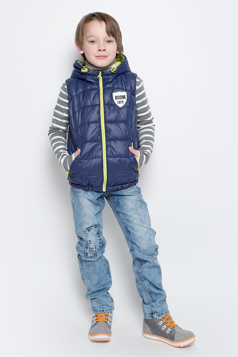 Жилет утепленный70031_BOB_вар.1Утепленный жилет для мальчика Boom! идеально подойдет юному моднику и станет отличным дополнением к его гардеробу. Модель с несъемным капюшоном выполнена из прочного полиэстера и имеет подкладку из полиэстера с добавлением хлопка. Наполнитель - полиэстер (синтепон, 150 г/м2). Жилет с капюшоном застегивается на пластиковую застежку-молнию с защитой подбородка, а также имеет внутреннюю ветрозащитную планку. По бокам предусмотрены два втачных кармашка на молниях. Капюшон дополнен шнурком-кулиской со стопперами. Оформлена модель небольшой нашивкой на груди с фирменным логотипом.