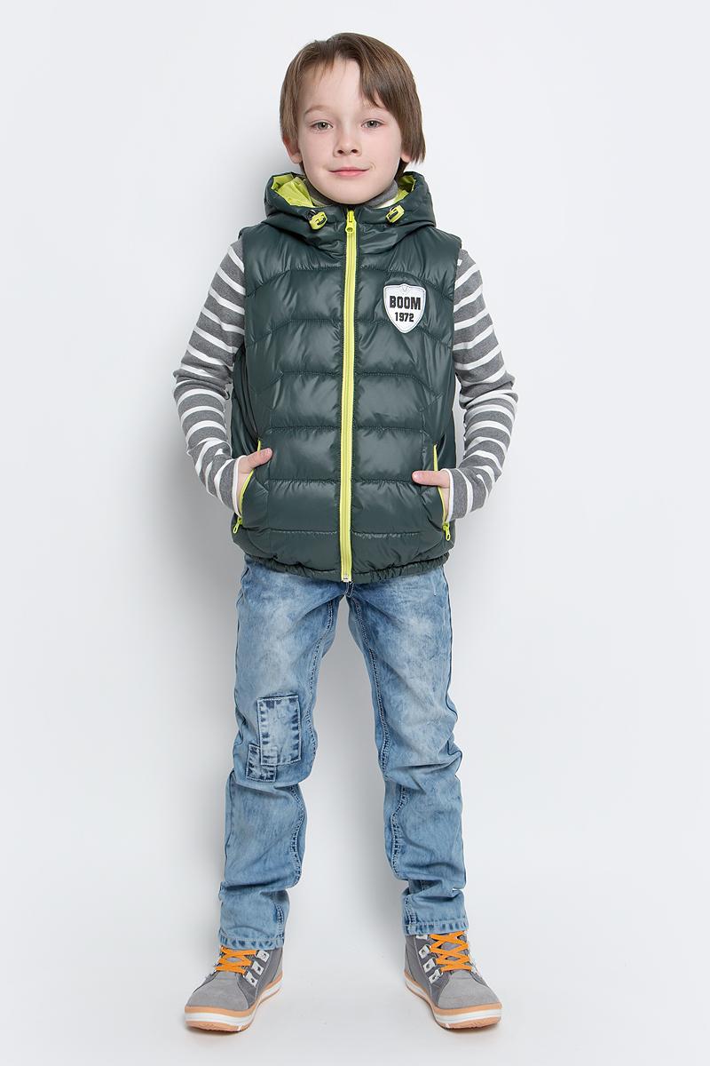 70031_BOB_вар.1Утепленный жилет для мальчика Boom! идеально подойдет юному моднику и станет отличным дополнением к его гардеробу. Модель с несъемным капюшоном выполнена из прочного полиэстера и имеет подкладку из полиэстера с добавлением хлопка. Наполнитель - полиэстер (синтепон, 150 г/м2). Жилет с капюшоном застегивается на пластиковую застежку-молнию с защитой подбородка, а также имеет внутреннюю ветрозащитную планку. По бокам предусмотрены два втачных кармашка на молниях. Капюшон дополнен шнурком-кулиской со стопперами. Оформлена модель небольшой нашивкой на груди с фирменным логотипом.