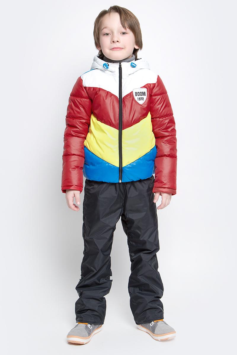 Комплект верхней одежды70032_BOB_вар.1Комплект для мальчика Boom! включает в себя куртку и брюки. Куртка с длинными рукавами и несъемным капюшоном выполнена из прочного полиэстера. Наполнитель - эко-синтепон (150 г/м2). Модель застегивается на застежку-молнию, имеет два втачных кармана спереди. Капюшон дополнен шнурком-кулиской со стопперами. Рукава оснащены эластичными манжетами. Куртка оформлена стеганым узором и яркими вставками. Брюки выполнены из полиэстера и имеют подкладку из мягкого флисового материала. Объем талии регулируется при помощи внутренней резинки с пуговицами. Брюки дополнены двумя втачными карманами спереди. Комплект дополнен светоотражающими элементами.