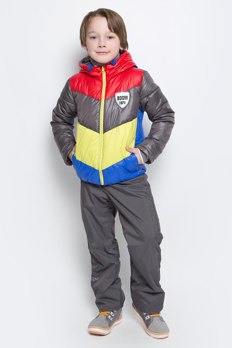 70032_BOB_вар.1Комплект для мальчика Boom! включает в себя куртку и брюки. Куртка с длинными рукавами и несъемным капюшоном выполнена из прочного полиэстера. Наполнитель - эко-синтепон (150 г/м2). Модель застегивается на застежку-молнию, имеет два втачных кармана спереди. Капюшон дополнен шнурком-кулиской со стопперами. Рукава оснащены эластичными манжетами. Куртка оформлена стеганым узором и яркими вставками. Брюки выполнены из полиэстера и имеют подкладку из мягкого флисового материала. Объем талии регулируется при помощи внутренней резинки с пуговицами. Брюки дополнены двумя втачными карманами спереди. Комплект дополнен светоотражающими элементами.