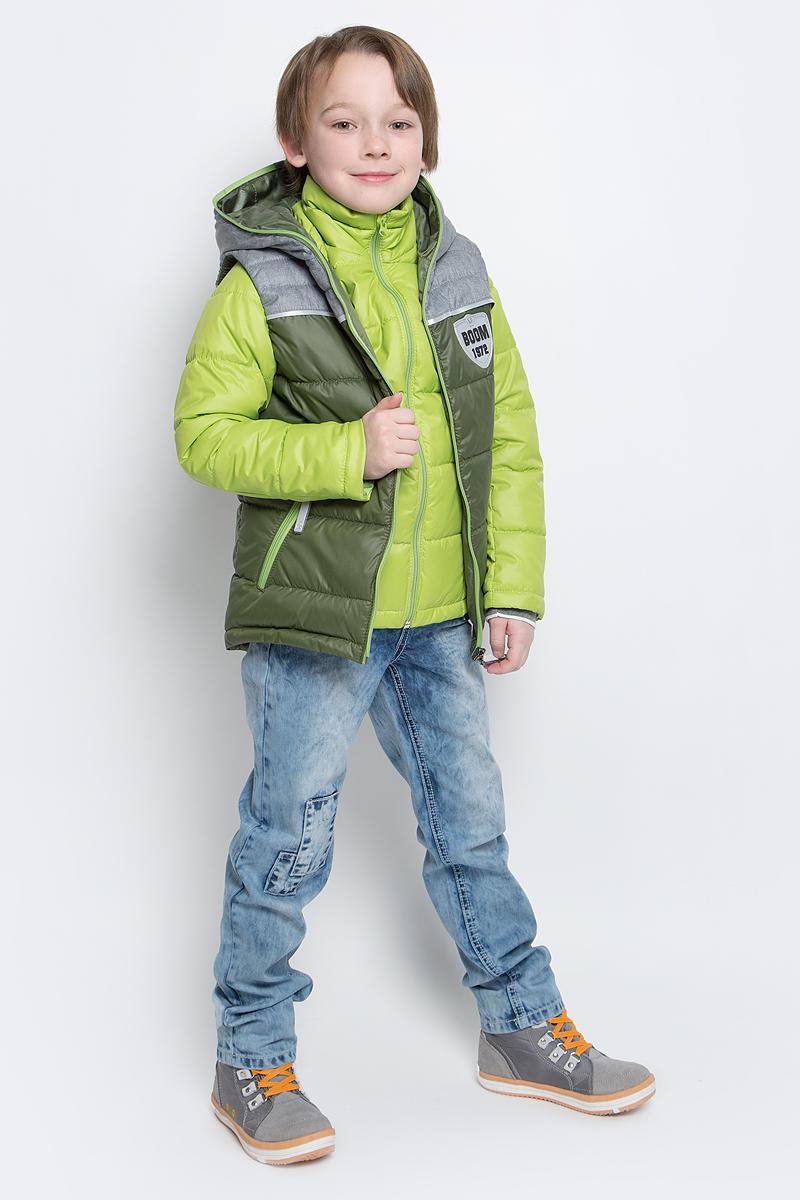 Куртка70013_BOB_вар.1Куртка для мальчика Boom! изготовлена из полиэстера и дополнена жилеткой с капюшоном. Куртка застегивается на пластиковую застежку-молнию. В боковых швах предусмотрены два прорезных кармана. Съемный жилет полностью застегивается на застежку-молнию и дополнен двумя врезными карманами на молниях. Жилет дополнен светоотражающими элементами и оригинальной нашивкой с логотипом бренда.