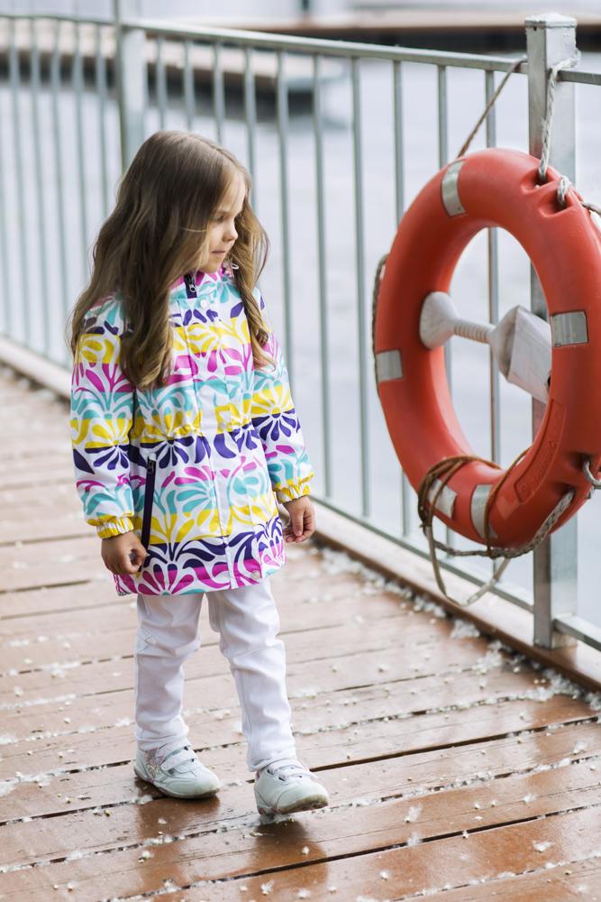 Куртка1jk705Куртка для девочки Ткань верха: Polyester, с покрытием Teflon от DuPont; Дышащая способность: 5000г/м, Водонепроницаемость 5000мм, Утеплитель Shelter 80гр.; Подкладка: Ворсовое полотно Стильная утепленная куртка на весну для девочки с оригинальным дизайнерским принтом. Привлекает внимание с первого взгляда. Неизменно высокие стандарты качества производства, отличающие канадский бренд At-Play! Используются только самые качественные материалы: фурнитура YKK, новейший утеплитель shelter, мембранные технологии, проклеенные швы – все на страже комфорта и тепла вашего ребенка. Грязе- и водоотталкивающее покрытие Teflon облегчает уход за этой одеждой – после прогулки достаточно протереть поверхность влажной губкой.