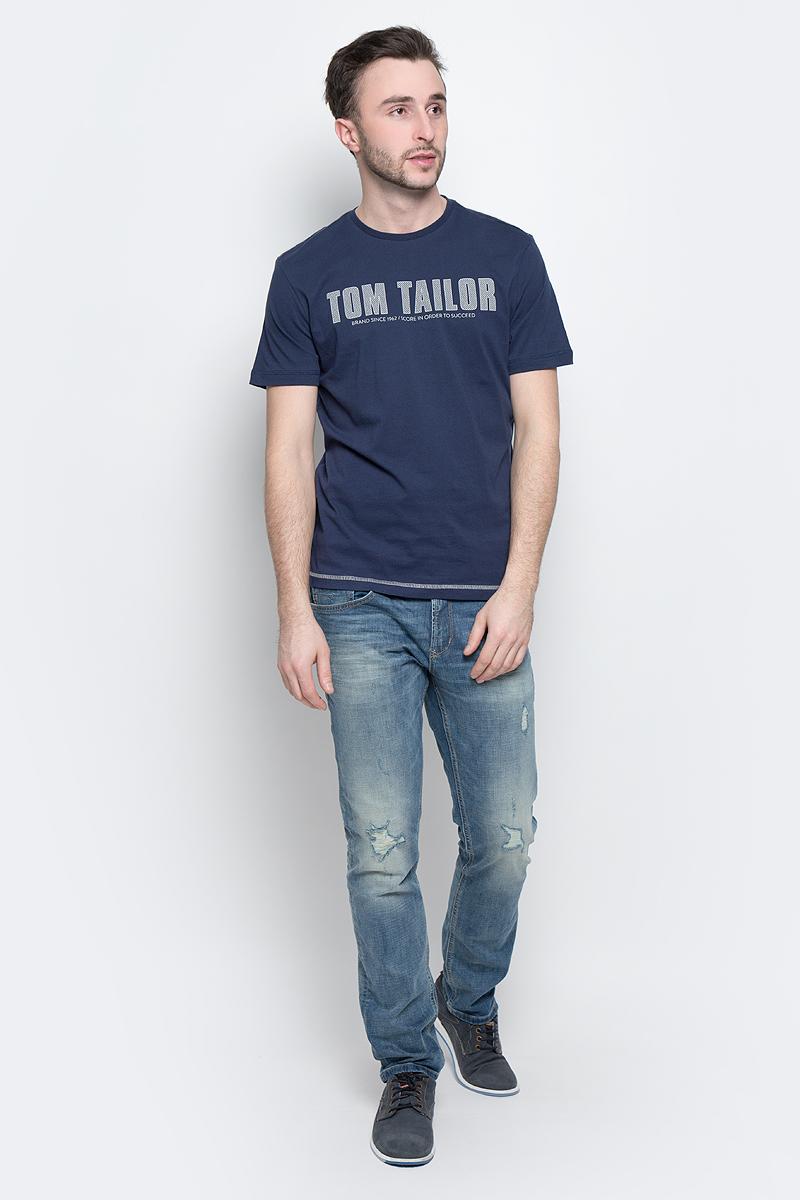 Футболка1036962.00.10_6740Стильная мужская футболка Tom Tailor выполнена из натурального хлопка. Материал очень мягкий и приятный на ощупь, обладает высокой воздухопроницаемостью и гигроскопичностью, позволяет коже дышать. Модель прямого кроя с круглым вырезом горловины и короткими рукавами оформлена надписью с названием бренда. Такая модель подарит вам комфорт в течение всего дня и послужит замечательным дополнением к вашему гардеробу.