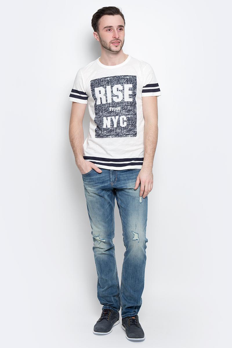 1037074.00.12_2132Стильная мужская футболка Tom Tailor Denim выполнена из натурального хлопка с добавлением полиэстера. Материал очень мягкий и приятный на ощупь, обладает высокой воздухопроницаемостью и гигроскопичностью, позволяет коже дышать. Модель прямого кроя с круглым вырезом горловины и короткими рукавами оформлена оригинальным принтом. Такая модель подарит вам комфорт в течение всего дня и послужит замечательным дополнением к вашему гардеробу.