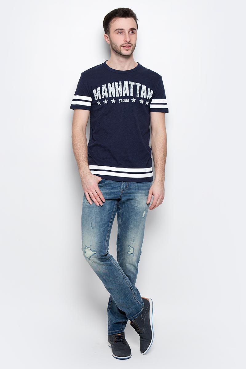 Футболка1037074.02.12_7772Стильная мужская футболка Tom Tailor Denim выполнена из натурального хлопка. Материал очень мягкий и приятный на ощупь, обладает высокой воздухопроницаемостью и гигроскопичностью, позволяет коже дышать. Модель прямого кроя с круглым вырезом горловины и короткими рукавами дополнена на груди оригинальной надписью и дополнена по краям полосками. Такая модель подарит вам комфорт в течение всего дня и послужит замечательным дополнением к вашему гардеробу.