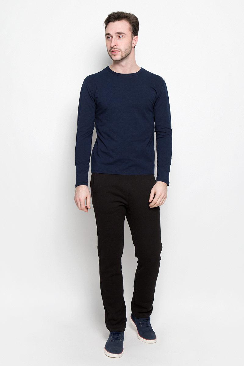 R0416B40спортивные брюки ROCAWEAR прямого покроя для мужчин. Пояс на резинке лапша, два прорезных кармана спереди. Ткань плотная с начесом внутри. В таких брюках вам будет комфортно и тепло.
