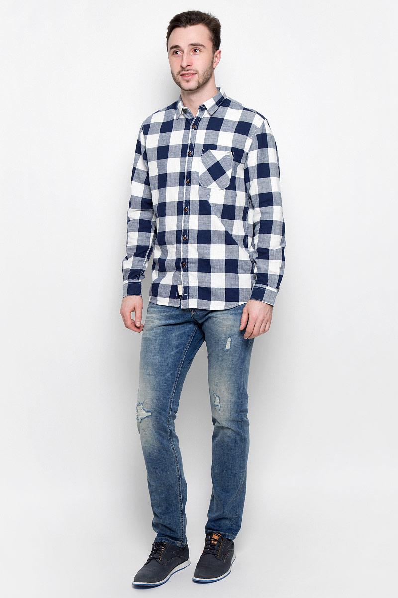 Джинсы6205289.09.12_1073Стильные мужские джинсы Tom Tailor Denim - джинсы высочайшего качества, которые прекрасно сидят. Модель-слим средней посадки изготовлена из высококачественного эластичного хлопка, не сковывает движения и дарит комфорт. Джинсы на талии застегиваются на металлическую пуговицу и ширинку на молнии, а также имеют в поясе шлевки для ремня. Спереди модель дополнена двумя втачными карманами и одним накладным маленьким кармашком, а сзади - двумя большими накладными карманами. Изделие оформлено эффектом потертости и перманентными складками. Эти модные и в тоже время удобные джинсы помогут вам создать оригинальный современный образ.