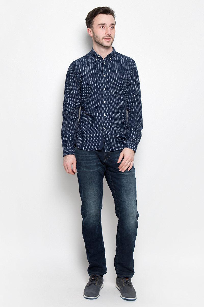 2033023.00.12_6740Стильная мужская рубашка Tom Tailor Denim выполнена из 100% хлопка. Модель с отложным воротником и длинными рукавами по всей длине застегивается на пуговицы. Оформлено изделие оригинальным принтом.