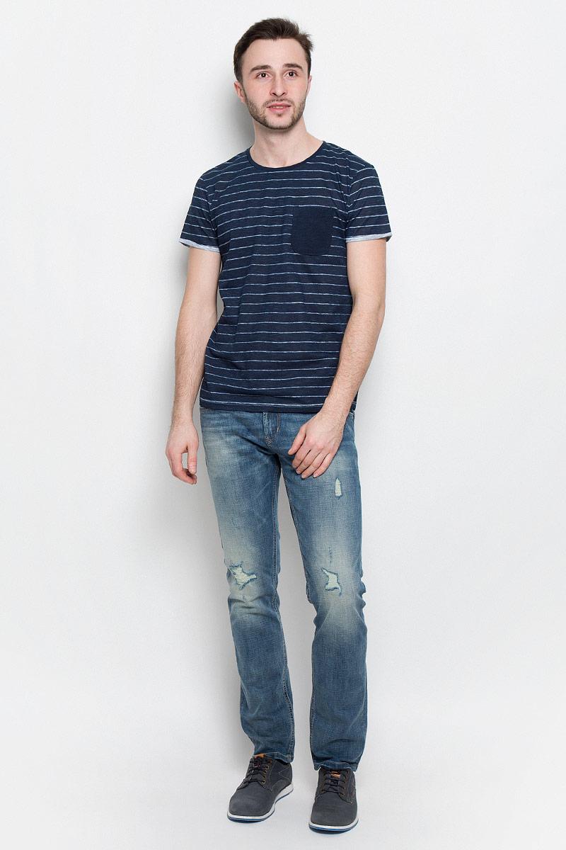 Футболка1036933.09.12_6576Модная мужская футболка Tom Tailor Denim выполнена из натурального хлопка. Модель с круглым вырезом горловины и короткими рукавами на груди дополнена накладным кармашком. Оформлено изделие принтом в полоску.