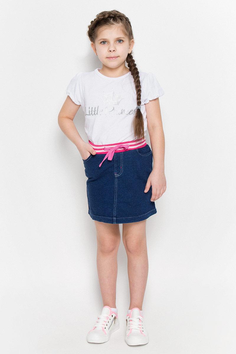 Юбка362117Стильная юбка прямого кроя выполнена из мягкого футера с имитацией денима. Крой - классический, но при этом есть элементы спортивной одежды - два втачных кармана и пояс на трикотажной резинке, дополнительно регулируемый шнурком.