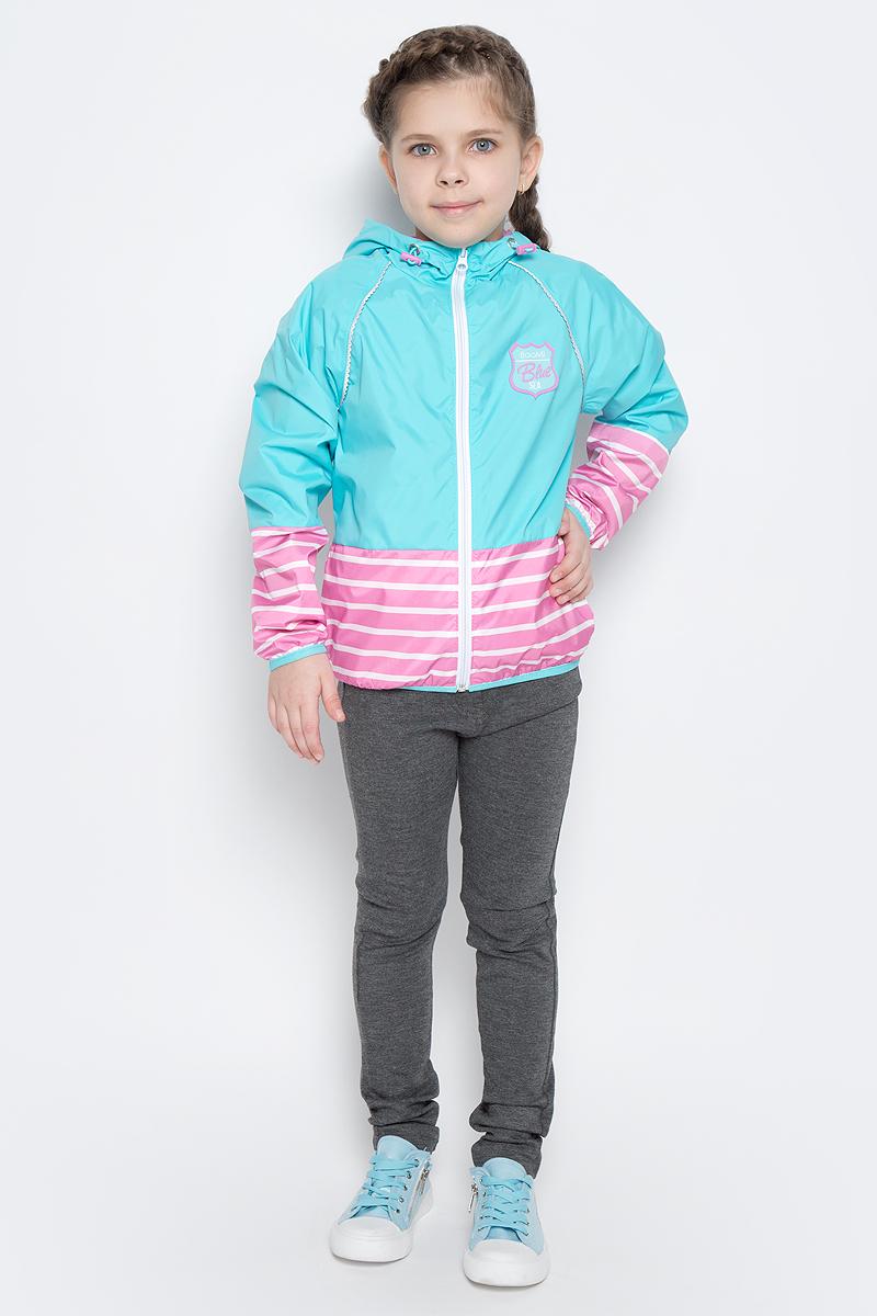 70018_BOG_вар.1Легкая куртка для девочки Boom! изготовлена из полиэстера с комбинированной подкладкой из полиэстера и поликоттона. Модель с капюшоном застегивается на молнию. Капюшон дополнен резинкой-утяжкой со стопперами. Нижняя часть куртки и рукавов оформлена принтом в полоску. Спереди у модели расположены два прорезных кармана и оригинальная нашивка. Рукава и низ куртки дополнены тонкими резинками.