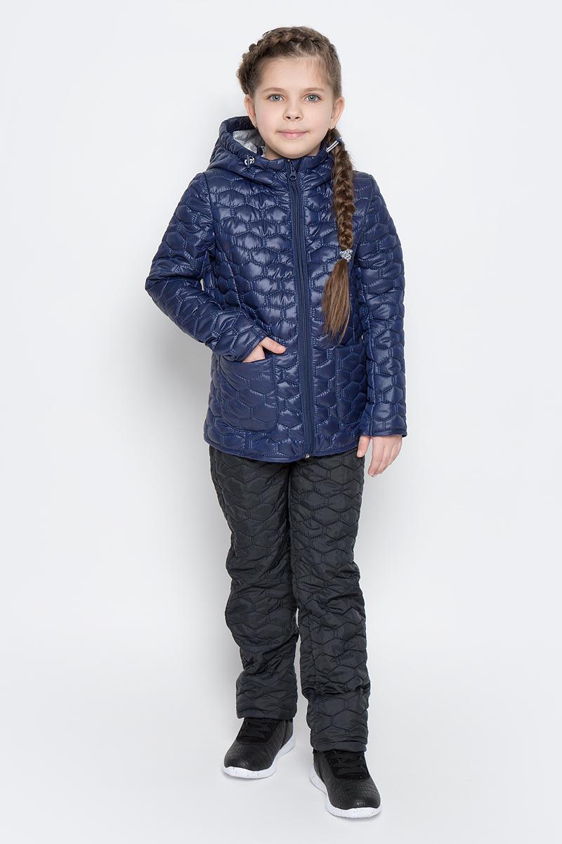 70024_BOG_вар.1Стеганая куртка с капюшоном для девочки Boom! изготовлена из полиэстера с подкладкой из полиэстера с добавлением вискозы. В качестве тонкого слоя утеплителя использован эко-синтепон. Куртка застегивается на пластиковую застежку-молнию. Спереди у модели имеются два открытых накладных кармана. Капюшон оснащен резинкой-утяжкой со стопперами. Спинка дополнена светоотражающей овальной нашивкой с логотипом бренда.