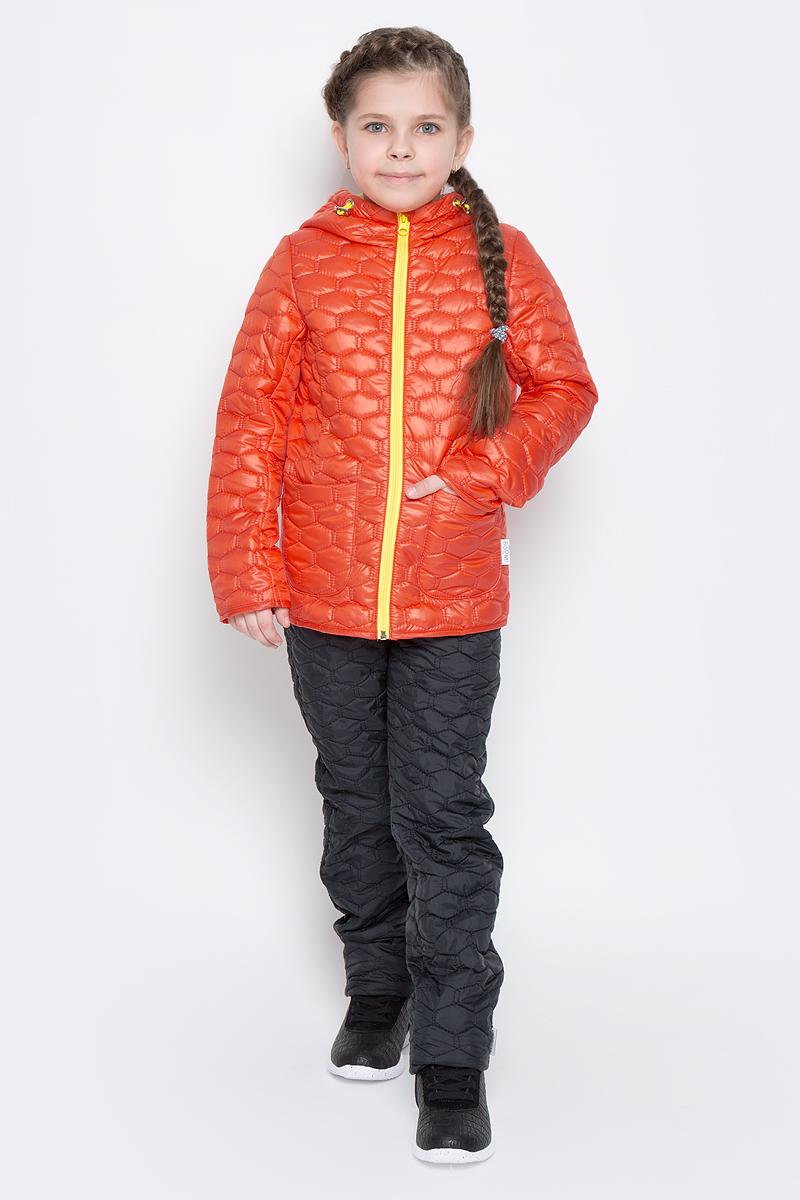 Куртка70024_BOG_вар.1Стеганая куртка с капюшоном для девочки Boom! изготовлена из полиэстера с подкладкой из полиэстера с добавлением вискозы. В качестве тонкого слоя утеплителя использован эко-синтепон. Куртка застегивается на пластиковую застежку-молнию. Спереди у модели имеются два открытых накладных кармана. Капюшон оснащен резинкой-утяжкой со стопперами. Спинка дополнена светоотражающей овальной нашивкой с логотипом бренда.
