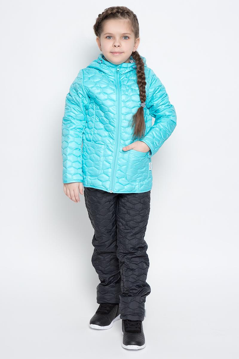 Куртка70024_BOG_вар.1аСтеганая куртка с капюшоном для девочки Boom! изготовлена из полиэстера. Куртка застегивается на пластиковую застежку-молнию. Спереди у модели имеются два накладных кармана. Капюшон оснащен резинкой-утяжкой со стопперами. Спинка дополнена овальной нашивкой с логотипом бренда.