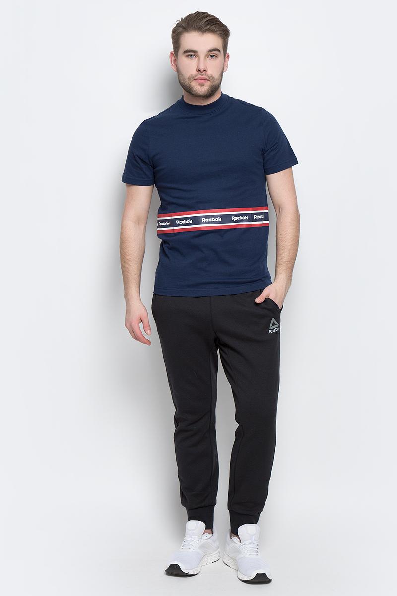 ФутболкаBK3806Мужская футболка Reebok F Printed Tape Tee изготовлена из натурального хлопка. Модель с круглым воротником и короткими рукавами. Однотонная футболка декорирована принтом с контрастными полосами и названием бренда.