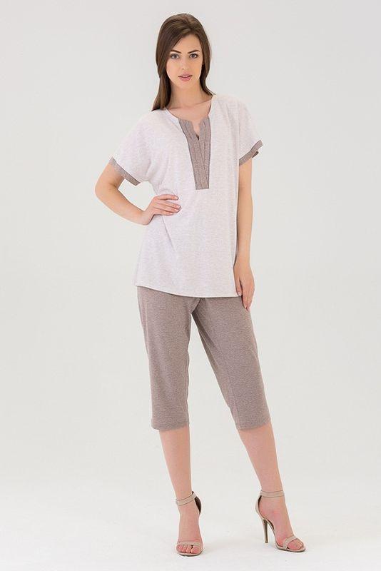 Комплект одежды437К2Нежный домашний костюм из хлопка включает в себя футболочку с V-образным вырезом и капри.
