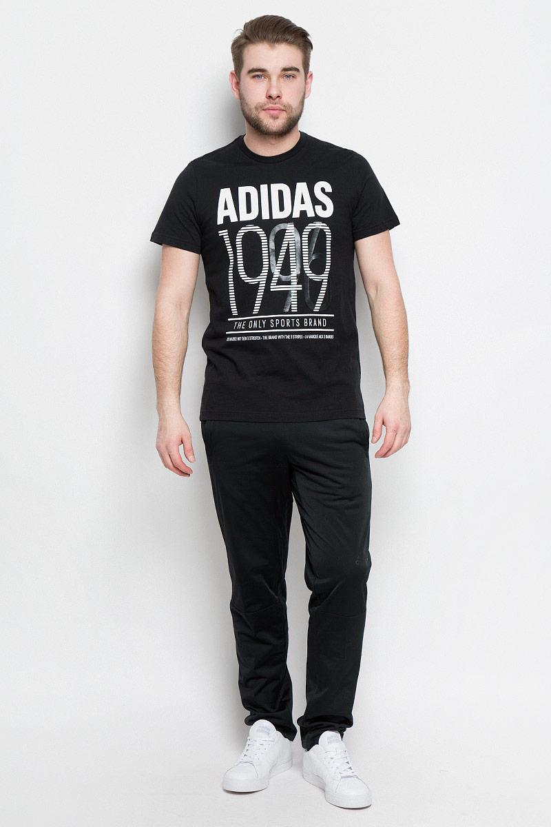 BK2788Мужская футболка adidas Adi 49 выполнена из натурального хлопка. Модель с короткими рукавами и круглым вырезом горловины оформлена буквенным принтом контрастного цвета.