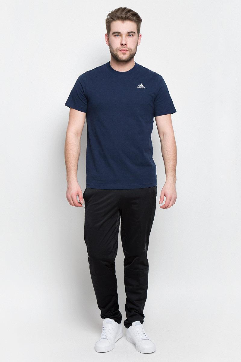 ФутболкаS98741В футболке Adidas Ess Base Tee вам будет комфортно в течение всего дня. Классический крой обеспечивает оптимальную свободу движений. Модель украшена принтом с логотипом Adidas. Крой реглан на задней стороне рукавов для большей свободы движений.