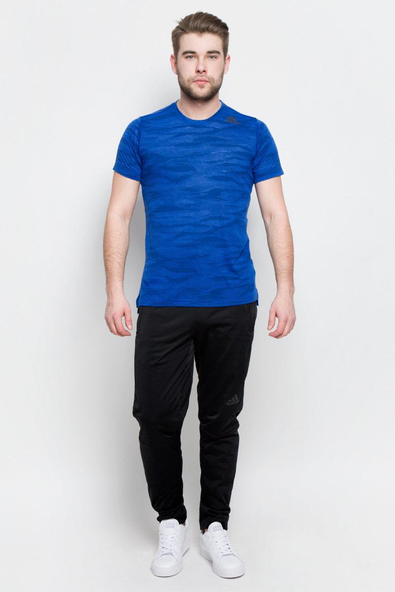 ФутболкаBK6099Мужская футболка Adidas Freelift Ak изготовлена из качественного полиэстера с технологией climalite. Модель с круглой горловиной и короткими рукавами. Футболка спереди декорирована термопринтом с логотипом и названием бренда. Спинка слегка удлинена, имеются небольшие боковые разрезы.