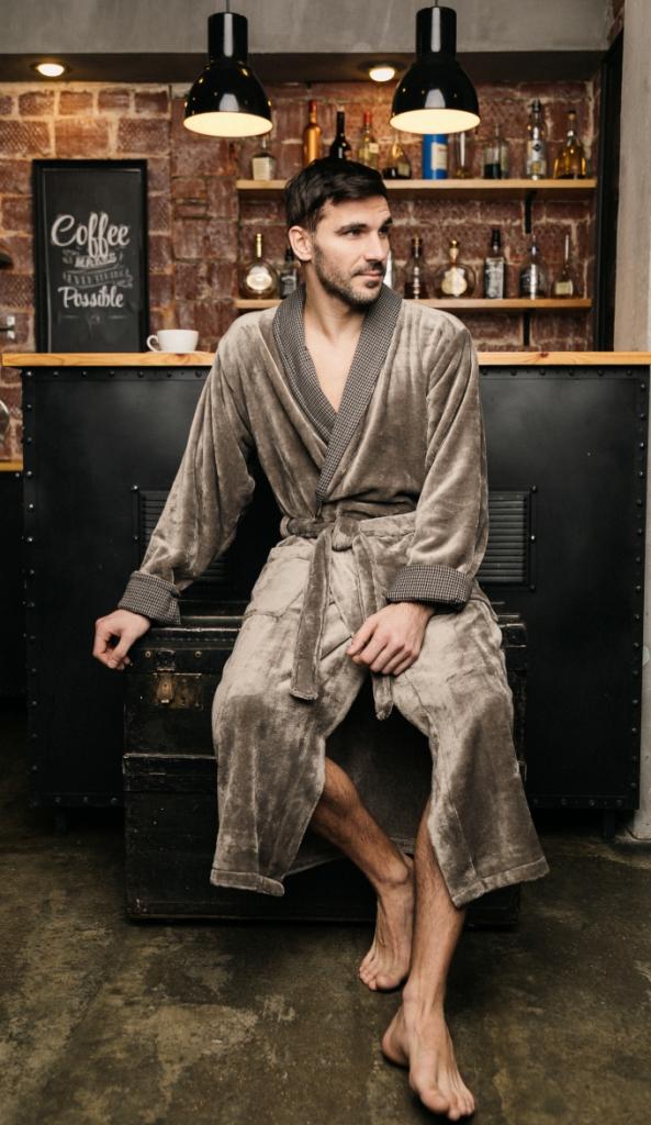 Халат491Длинный мужской халат из микрофибры. Отделка воротника и манжетов декоративной тканью с классическим рисунком в мелкую клетку. Легкая, мягкая, нежная ткань - такой халат не захочется снимать.