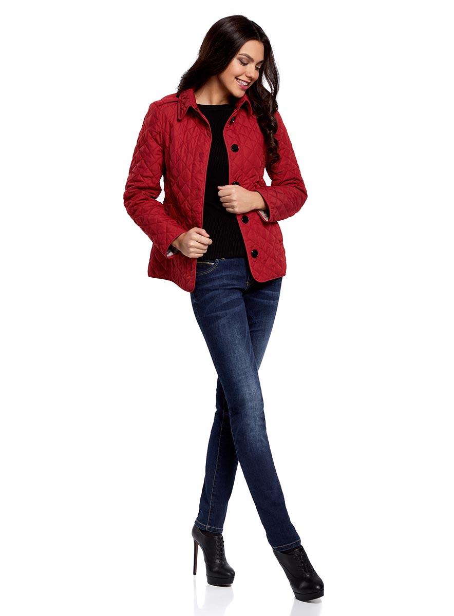Куртка20204052/46503/4900NЖенская куртка oodji Collection c длинными рукавами и отложным воротником выполнена из прочного полиэстера. Наполнитель - синтепон. Модель застегивается на крупные пуговицы спереди и на застежку-крючок сверху. Изделие имеет два втачных кармана спереди и два накладных внутренних кармана. На спинке куртка украшена шлицей по низу и несъемным декоративным хлястиком. Модель декорирована стеганым узором.